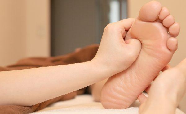 【動画あり】土踏まずの足つぼが胃腸を救う!つぼ位置とやり方を解説