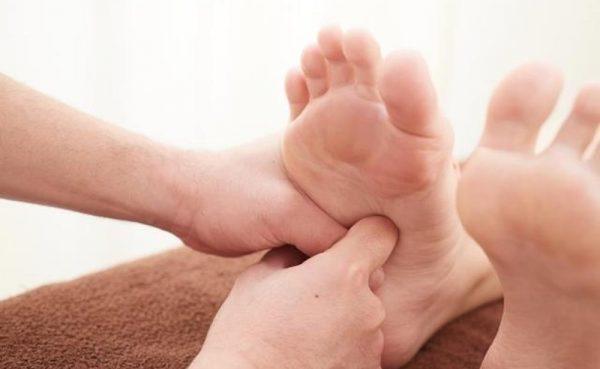 足つぼを押して痛いところでわかる不調と効果的な足つぼマッサージ