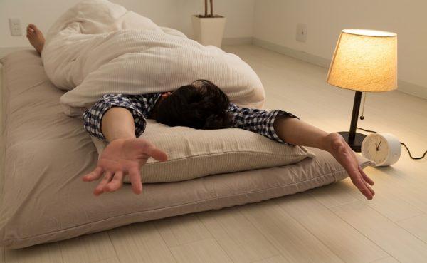 肩甲骨と脱力がポイント!寝ながらできる肩こり解消ストレッチ2選