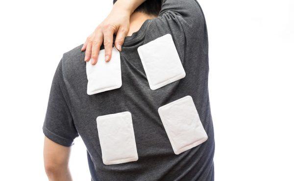 カイロで肩こりを解消したいなら、貼るべき場所は首の後ろか肩周り