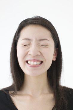 噛みしめている女性イメージ