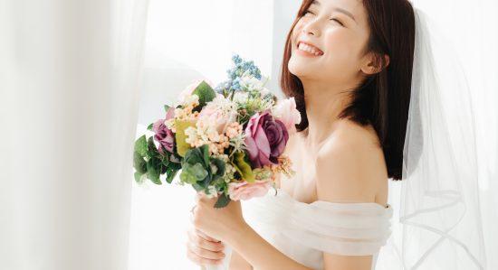 ドレスを着て満面の笑みを浮かべる花嫁