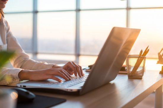 ノートパソコンを使ってインターネットを検索しているシーン