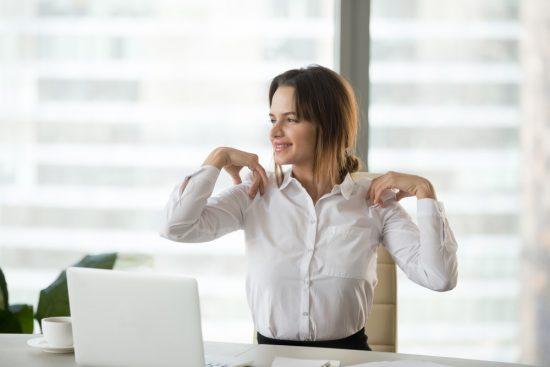 仕事中に肩をケアする女性