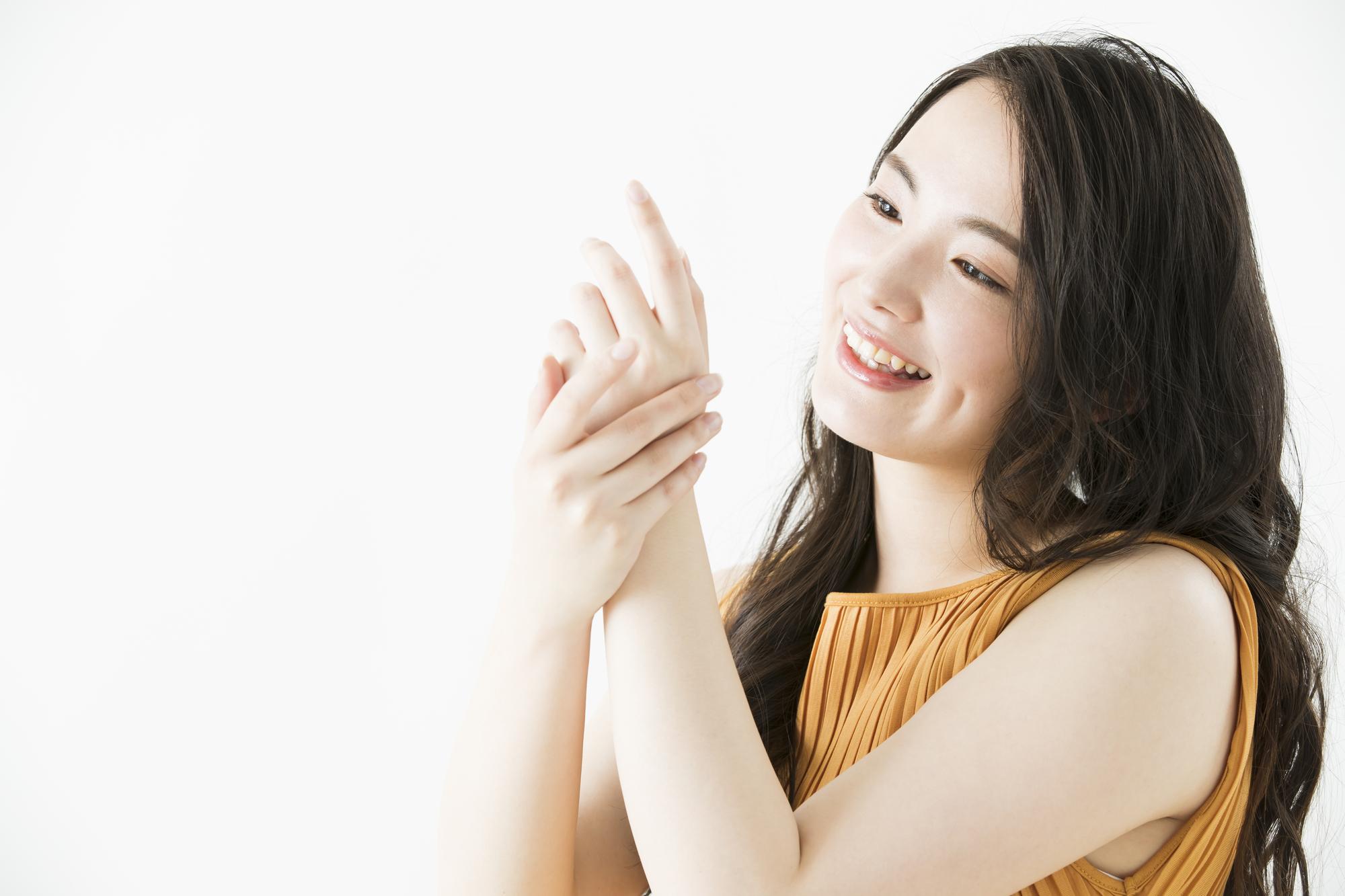 手をマッサージする女性