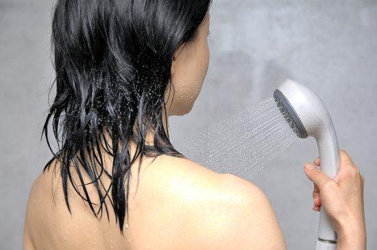 洗澡时可以做头皮按摩