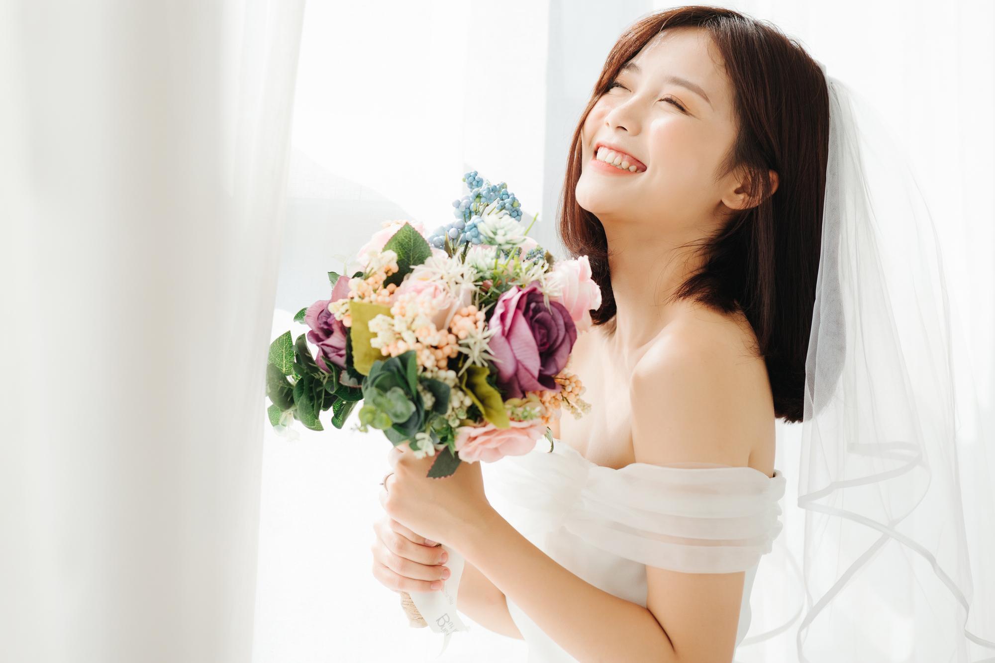 ウェディングドレスを着て笑顔の女性