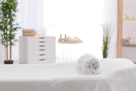 清潔感のある白いベッド