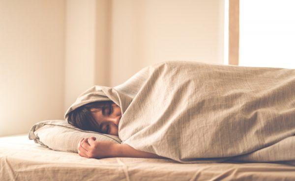 ぐっすり熟睡する女性