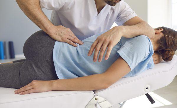 腰から背中の整体施術シーン